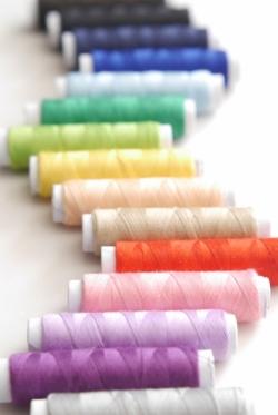 虹のように並んだたくさんのカラーの糸
